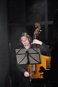 Koncert Niepodległości 2010. Basista Marcin Ritter (fot.Paweł Rzeńca)