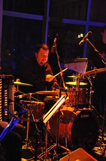 Koncert Niepodległości 2010. Perkusista Przemysław Bembeneq Kuczyński (fot.Paweł Rzeńca)