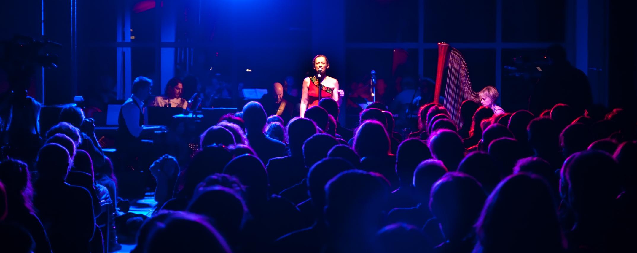 """Ola Turkiewicz. III Koncert Niepodległości """"Listy do wnuczki"""". Muzeum Powstania Warszawskiego 11.11.2011. Fot. Dawid Korczyński"""