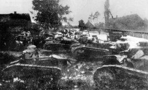 Polskie czołgi Reanault 17 FT z 1 Pułku Pancernego przed bitwą pod Dyneburgiem .