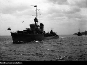 """Kontrtorpedowiec ORP """"Błyskawica"""" w trakcie parady morskiej z okazji Święta Morza w 1938 r."""