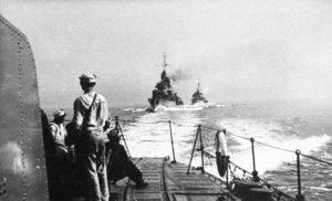 Operacja Peking. Widok z rufy Błyskawicy na Groma i Burzę podczas ewakuacji do Wielkiej Brytanii w 1939 r.